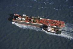 Tugboat que empurra o navio. imagens de stock royalty free