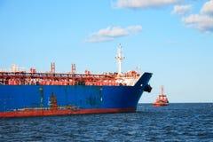 Tugboat que reboca um navio Imagem de Stock Royalty Free