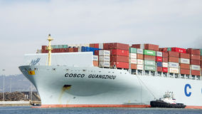 Tugboat SANDRA HUGH assisting Cargo Ship COSCO GUANGZHOU Stock Images