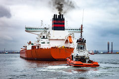 Tugboat towing a ship Royalty Free Stock Images