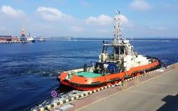 Tugboat w handlarskim porcie morskim obraz royalty free