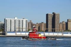 Tugboat wieczór mgła w Wschodniej rzece w Nowy Jork Fotografia Royalty Free