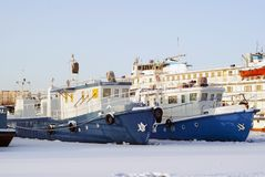 Tugboats και επιβατικό σκάφος κατά τη διάρκεια της διαχείμασης στα τέλματα Στοκ φωτογραφίες με δικαίωμα ελεύθερης χρήσης