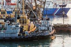 Tugboats που δένονται σε μια αποβάθρα το βράδυ Στοκ Εικόνες