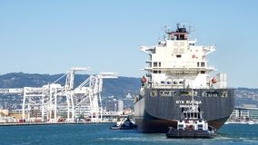 Tugboats AHBRA FRANCO i Z-FIVE pomaga ładunku statek NYK RUMINA manewrować Obraz Royalty Free
