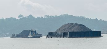 Tugboats ciągną ciężkie ładowne barki węgiel Zdjęcia Stock