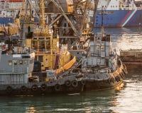Tugboats cumujący molo w wieczór Zdjęcie Royalty Free