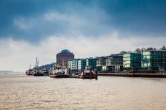 Tugboats dokowali przy Hamburskim portem na Elbe rzece zdjęcie royalty free
