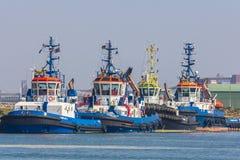 Tugboats dokujący przy Hoek samochodem dostawczym Holandia zdjęcia royalty free