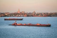 Tugboats żegluje w wierzch zatoce Zdjęcia Royalty Free