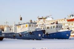 Tugboats i pasażerski naczynie podczas przezimowywać w stojących wodach Zdjęcia Royalty Free
