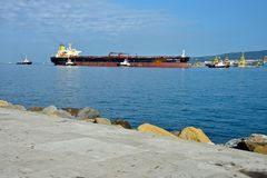 Tugboats które holują tankowa Obrazy Stock