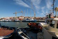 Tugboats przy à Rocha Conde De 'bidos Śmiertelnie w Lisbon Fotografia Stock