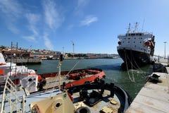 Tugboats przy à Rocha Conde De 'bidos Śmiertelnie w Lisbon Obraz Stock