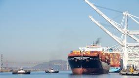 Tugboats rewolucja ANN i PATRICIA pomagają ładunku statek MSC LETIZIA manewrować Zdjęcia Royalty Free