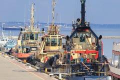 Tugboats są przy molem w porcie morskim zdjęcia stock