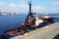 Tugboats w handlarskim porcie morskim zdjęcie stock