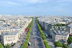 Tuggar ljudligt elysee överst av Arc de Triomphe Arkivbild