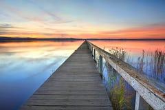 在长的跳船Tuggerah湖NSW澳大利亚的日落 库存照片