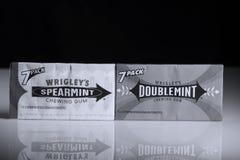 Tuggummi för Wrigleys dubblettmintkaramell och Wrigleys grönmynta Arkivfoto