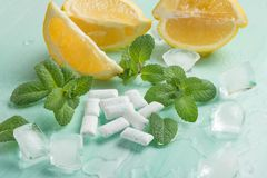 Tuggummi med mintkaramellen och is och citron arkivbilder