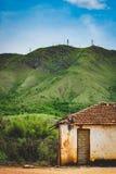 Tugurio solo nelle montagne/colline fotografia stock