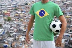Tugurios brasileños de Favela del balón de fútbol de futbolista Foto de archivo