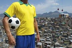 Tugurios brasileños de Favela del balón de fútbol de futbolista Imágenes de archivo libres de regalías