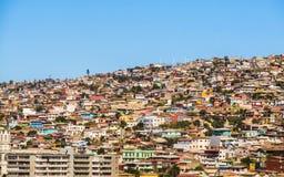 Tugurios de ValparaÃso con un fondo del cielo azul Foto de archivo libre de regalías