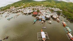 Tugurios filipinos en la playa Área pobre de la ciudad Coron PALAWAN filipinas almacen de metraje de vídeo