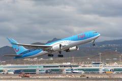 Tui离开从特内里费岛南机场的波音767-300 免版税图库摄影