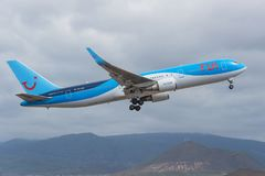 Tui离开从特内里费岛南机场的波音767-300 库存图片