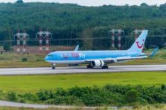 Tui飞行空中航线在Krabi机场飞行着陆 库存图片