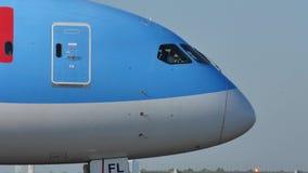 TUI εναέριοι διάδρομοι που μετακινούνται με ταξί στον αερολιμένα Schiphol, cAms, Κάτω Χώρες απόθεμα βίντεο