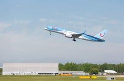 TUI Boeing 757-2G5 logo após decola no aeroporto de Manchester foto de stock