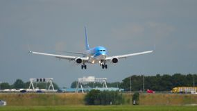 TUI Fly Boeing 737 landning stock video