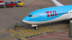 TUI Fly Boeing 737 mit einem Taxi fahrende Enden stock video