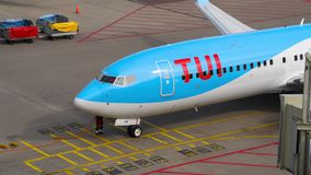 TUI Fly Boeing 737 mit einem Taxi fahrende Enden stock video footage