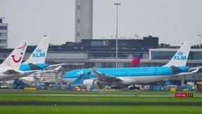 TUI Fly Boeing 767 que lleva en taxi después de aterrizar almacen de video