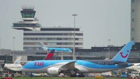 TUI Fly Dreamliner, das zum Service schleppt stock video