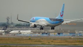 TUIfly Boeing 737 landning lager videofilmer