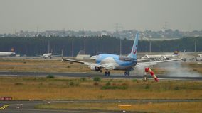 TUIfly Boeing 737 landning stock video