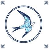Tuile bleue néerlandaise avec l'hirondelle Photographie stock