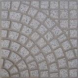 Tuile carrée en pierre grise pour des extérieurs faits par des quadrilatères formant un modèle de forme de fan Photographie stock