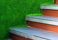 Tuile d'escalier et mur artificiel d'herbe Images stock