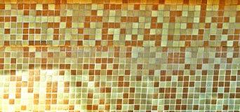 Tuile dans la piscine dans des tons jaune-bruns photo stock