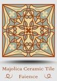 Tuile de poterie de faïence en vert beige et olive et terre cuite de rouge Majolique en céramique de vintage Produit espagnol tra Photo libre de droits