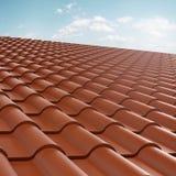 Tuile de toit au-dessus de ciel bleu Images libres de droits