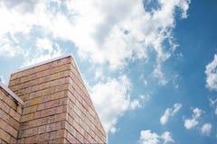 Tuile de toit avec le ciel bleu Photographie stock libre de droits