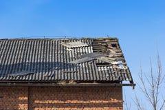 Tuile endommagée sur le toit Image libre de droits